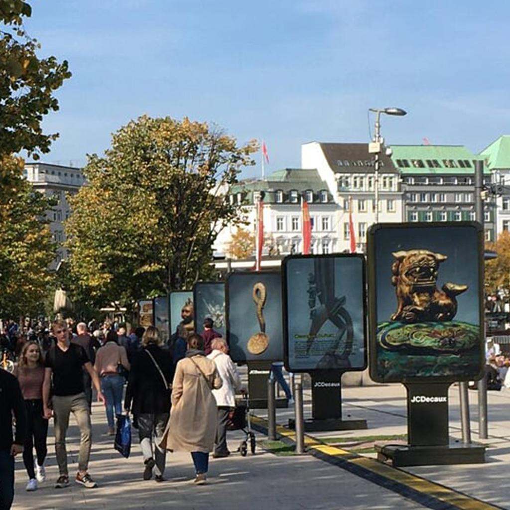 Besuchr flanieren über die Jungfernstieg Galerie